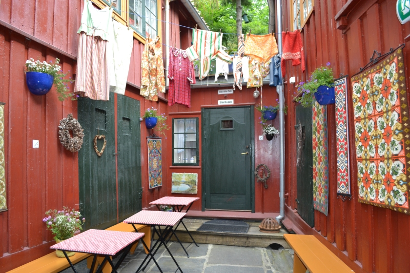The backyard of Baklandet Skydsstasjon is very charming and different where you can see collectables of antiques.