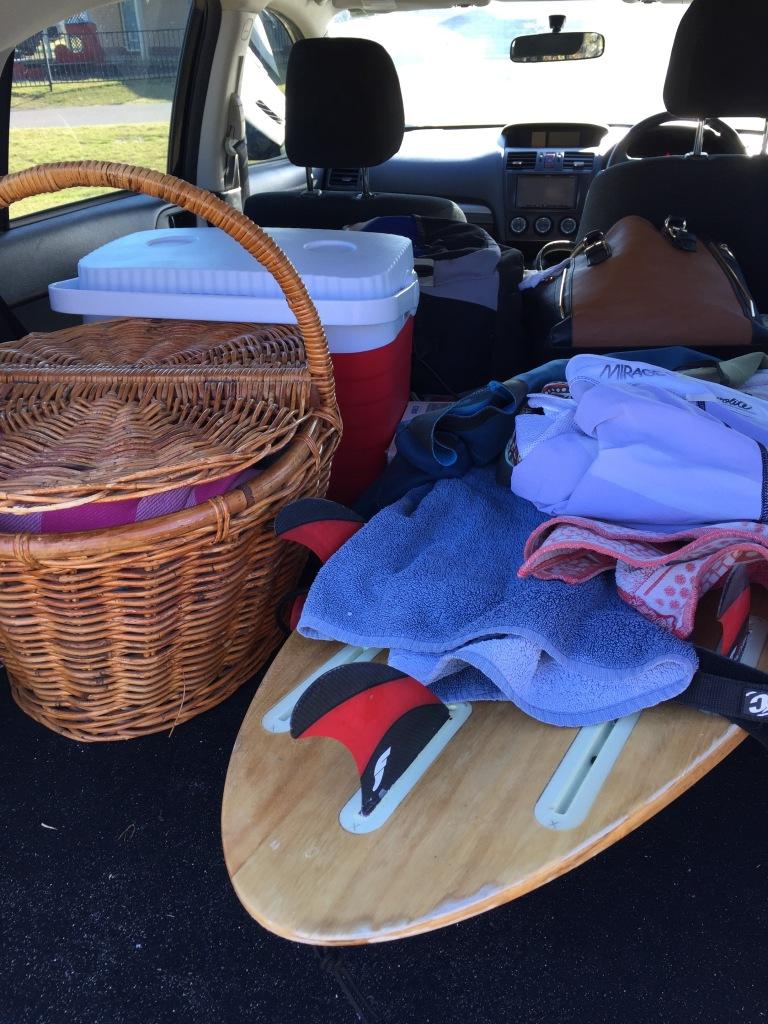 """Pakket og klar for camping på Stockton Beach: piknikkurv, surfebrett, """"eskie"""" og badetøy."""